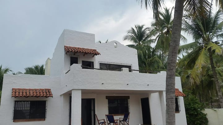 BEAUTIFUL  BEACH FRONT HOUSE  - Barra de Santiago