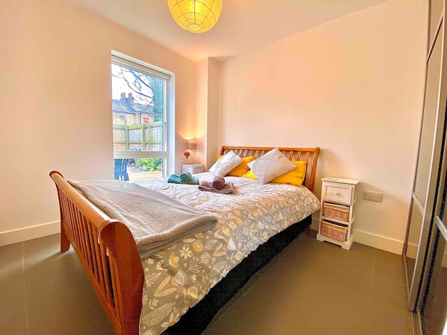 Modern double room in centre Cambridge w parking