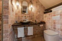 les toilettes de la salle de douche