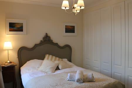 Clean Double Room & Large, Priv. Ensuite