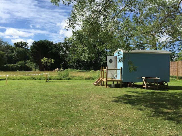 Shepherd Hut 'Jemima' - private shower and toilet - Toft Monks