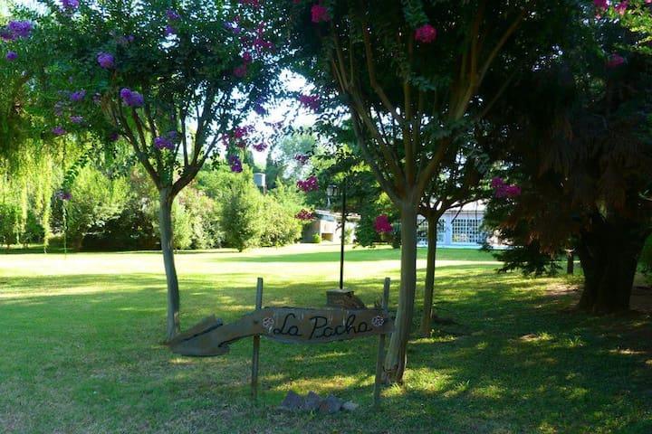 Quinta con quincho parque y piscina - Roldán
