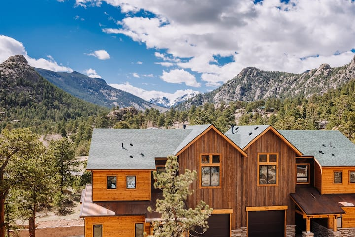 Dog-friendly unit w/ view of the Continental Divide and private deck. 5-minute walk to downtown! (#312)