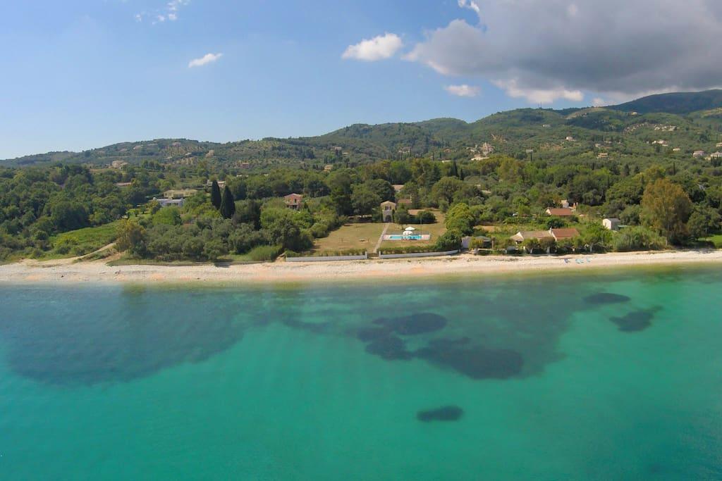 η παραλία και τα καταπράσινα νερά