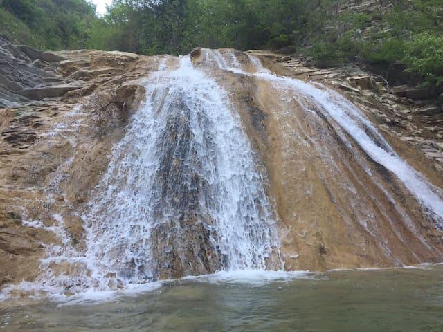 Юрта в экопарке среди водопадов.