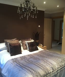 Large kingsize bedroom with sink - Sonning Common