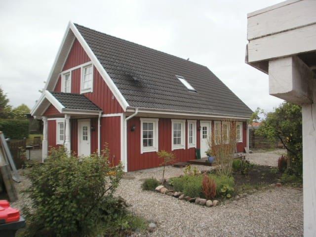 Smuk, rødt træhus i Nordsjælland