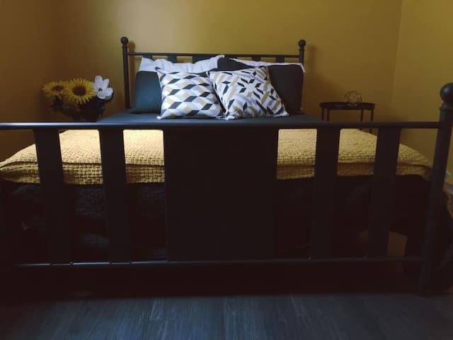 Private bedroom located in Downtown core-