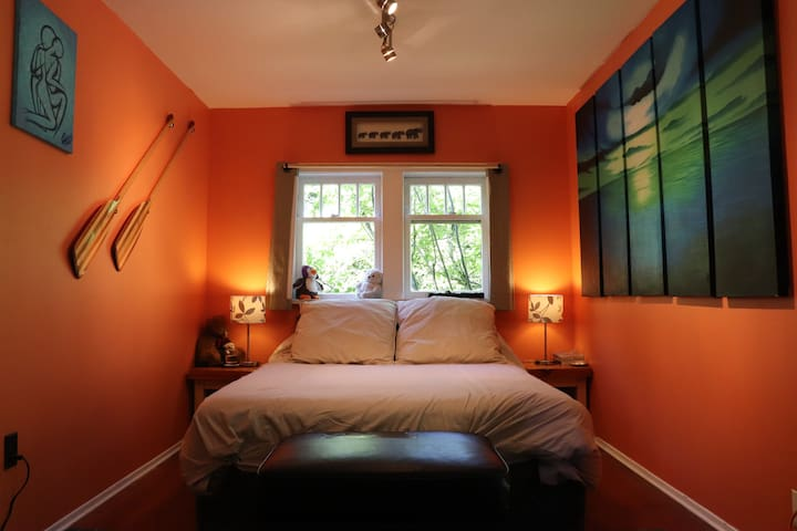 Quaint Coastal Cottage in Cowichan Bay!