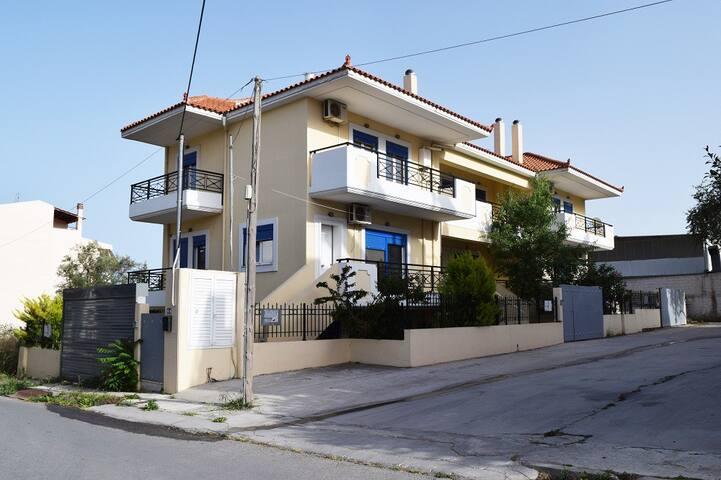 A 3 messonette complex in a piecefull neighbourhood.