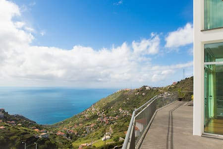 Breathtaking views and only 15mins from Funchal!