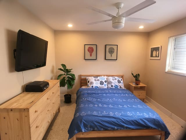 Beautiful room close to the beach and downtown!