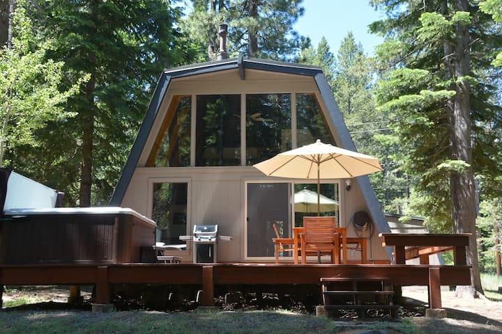 Cozy Cabin, Private Hot Tub, Close to beach