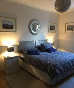 Lge modern room sleeps up to 4 nr beach and buses