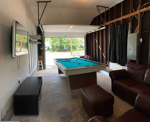 University house w/pool table!  In a quite area