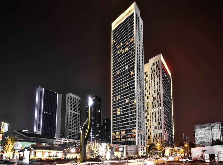 夜晚的太古里 公寓大楼在最醒目的位置 最高的建筑