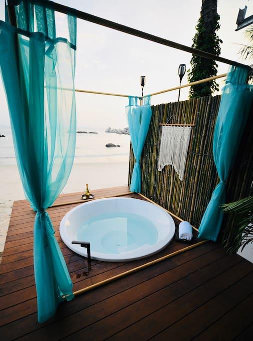 面朝大海享受泡浴的宁静,舒适与悠闲。