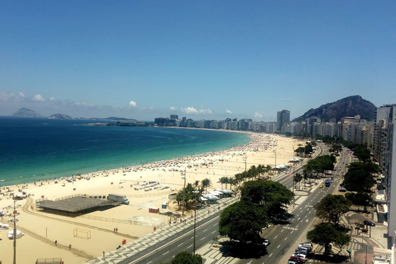 Nosso terraço panorâmico é um dos mais bonitos de Copacabana, com vista de toda a extensão da praia (do Leme ao Posto 6) e vista do  Cristo Redentor.