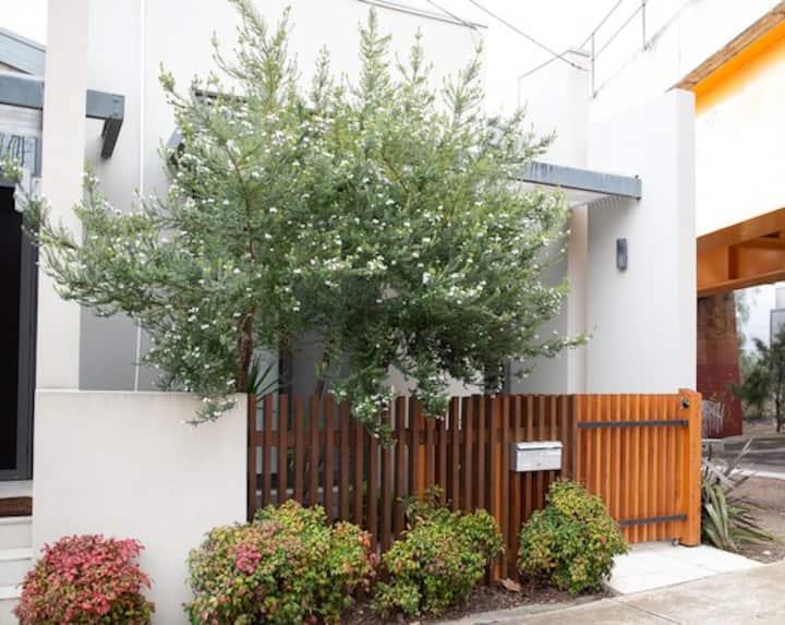 Private Room in Architect-designed home