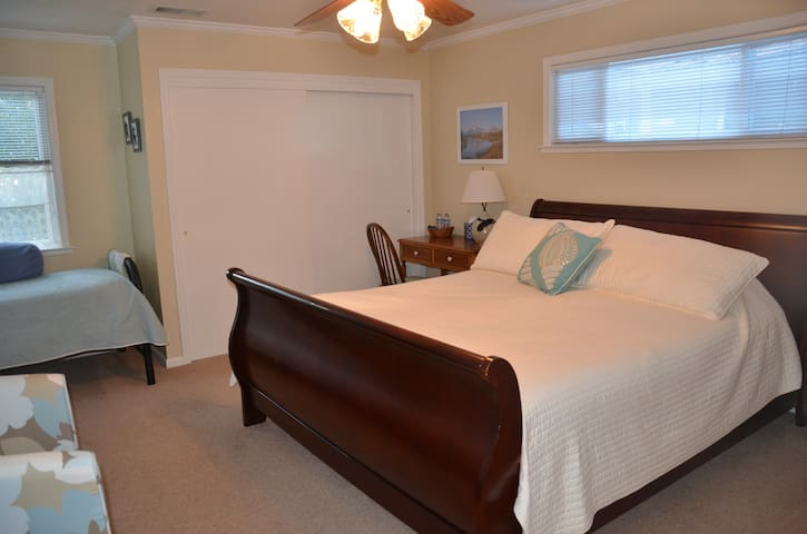 King bedroom plus twin bed & attached bath - Davis - Huis