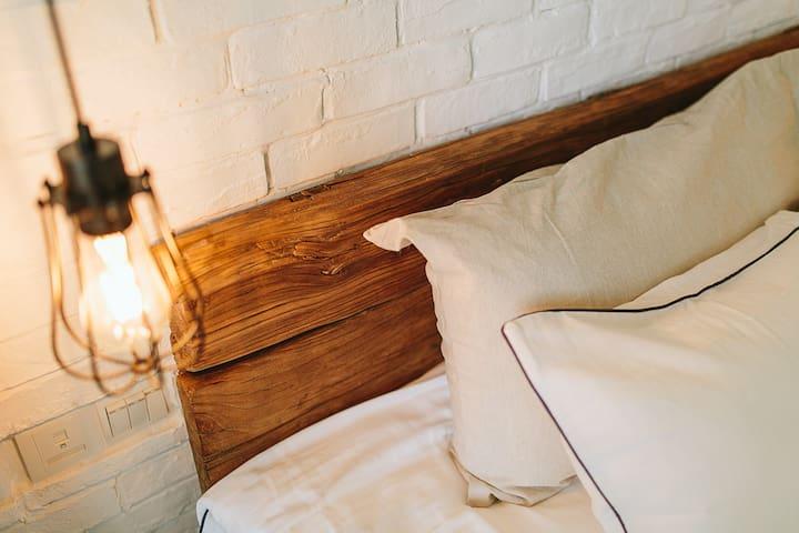 床头的床靠是找了很多地方才淘来的老榆木门板改造。超有味道,这种用心真的不多。