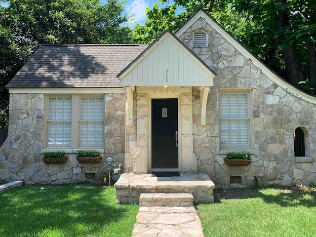 Charming Stone Cottage at UT and Downtown