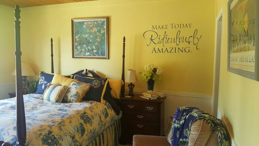 The Yellow Room At Kendra's River Inn