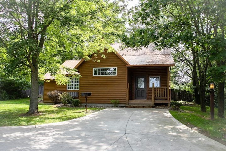 Luxury Cabin with Hot Tub, Kitchen, Living Room, Fireplace - Sleeps up to 4