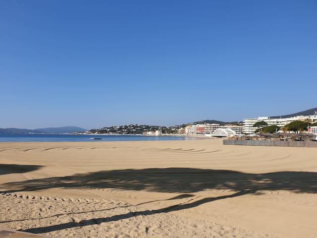 La grande plage du centre ville est à une ou deux minutes à pieds.