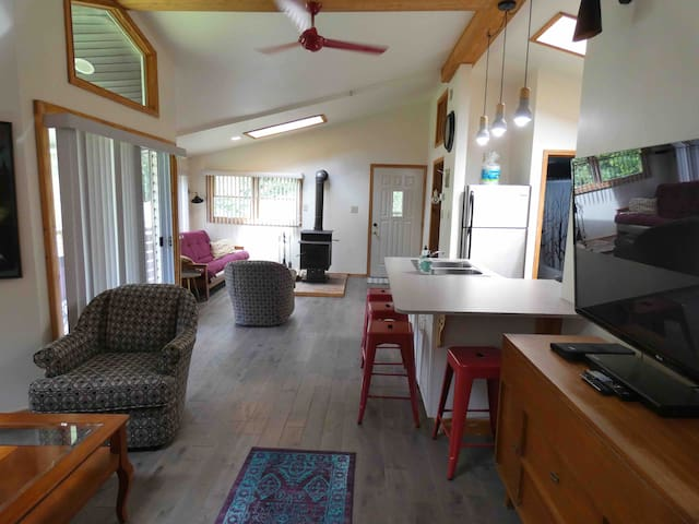 Bright, Cozy & Modern Apt w/Deck on 7 acres