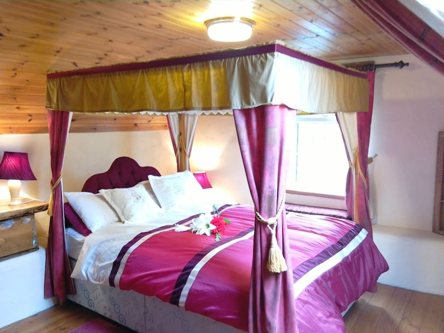 4 poster bed in cottage.