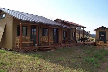 Suedo-camping in a cabin and tee pee, Winthrop, WA - Winthrop - Stuga