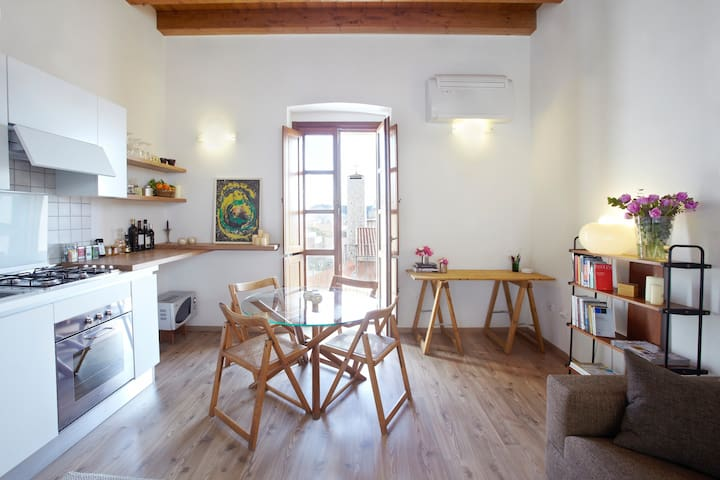 Charming bright studio apartment - Cagliari - Daire