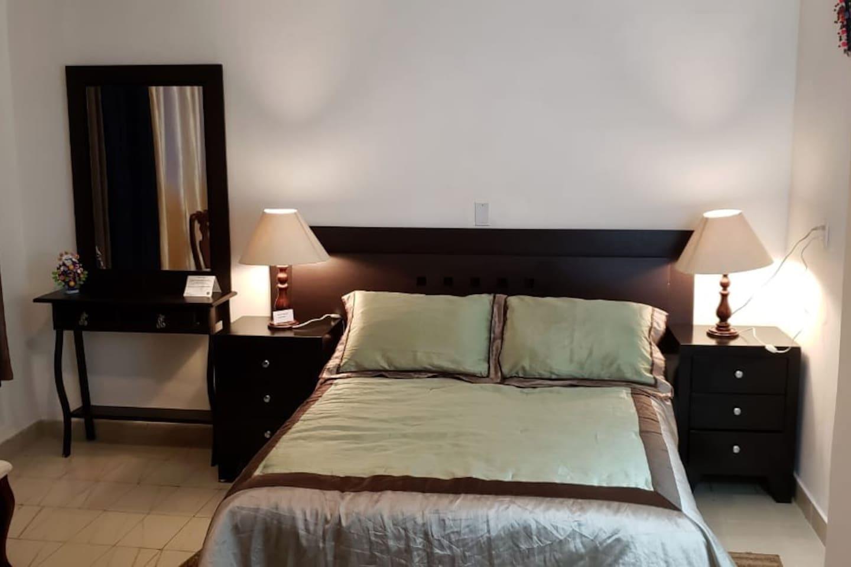 Es una habitacion acojedora, bien iluminada e independiente .