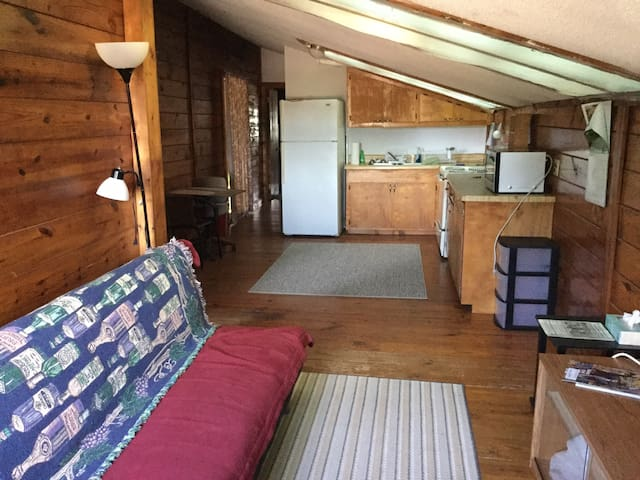 Horse farm barn apartment 3 miles from TIEC