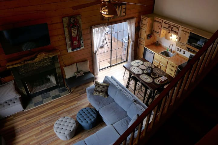 New Cabin. Great Cabin Furnishings! On secluded dead-end street. 4 miles to 76 HWY Activities.