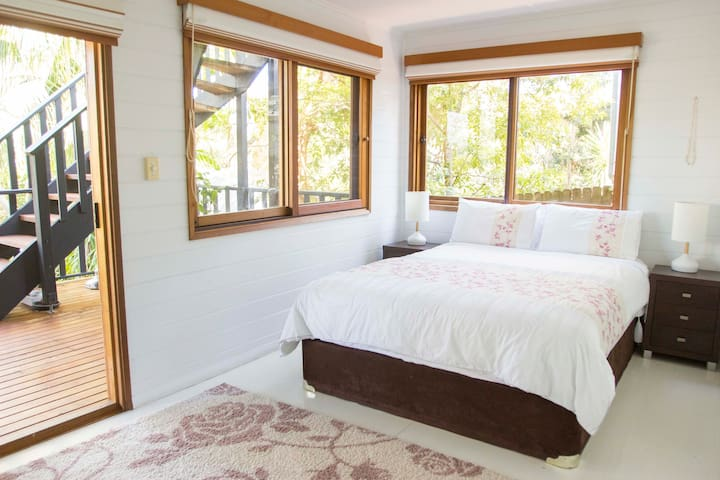 Spacious Double Bedroom in Avalon Beach House