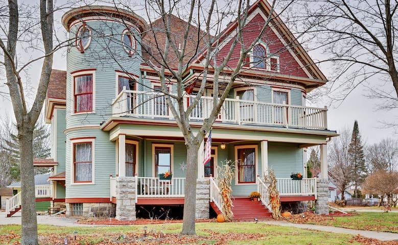 Stately 6BR Victorian Shawano House - Shawano - 獨棟