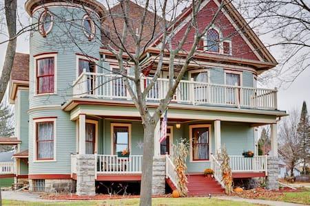 Stately 6BR Victorian Shawano House - Shawano