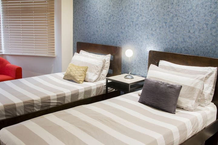 THE BLUE ROOM-Luxury Twin bedded room with Smart Tv and refreshments