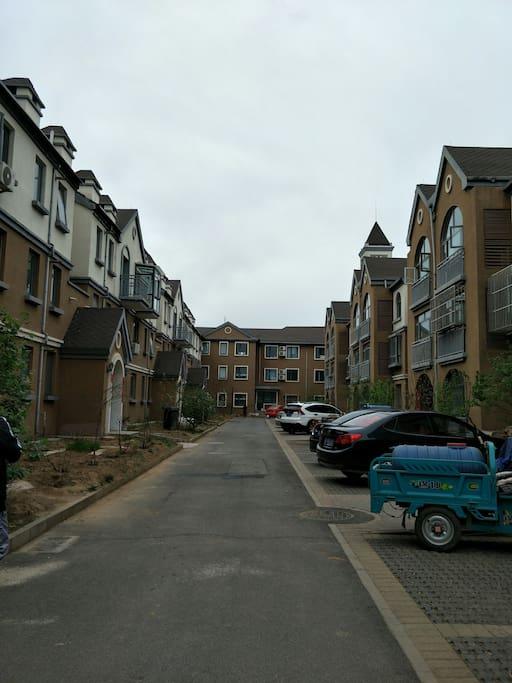 小区有宽敞的停车位。