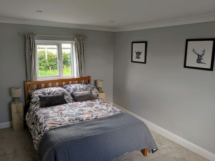 Cottage room with views close to Stansted Airport!