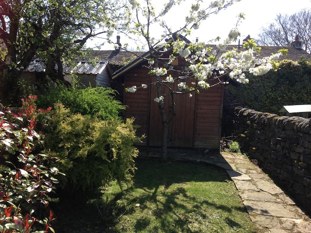 Bluebell Cottage, parking and pet friendly