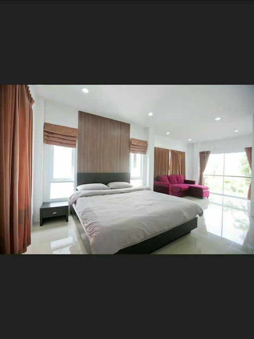 ห้องนอนพร้อมเตียงคิงไซต์