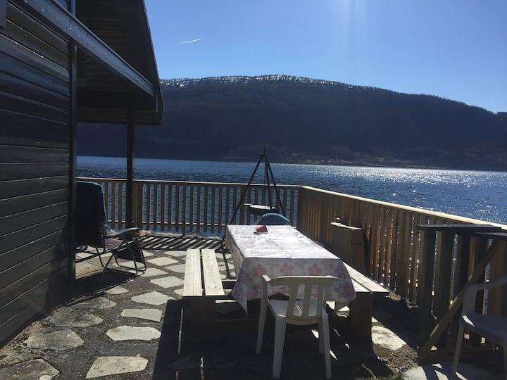 Hytte ved fjorden i Stryn. Svarstadvika