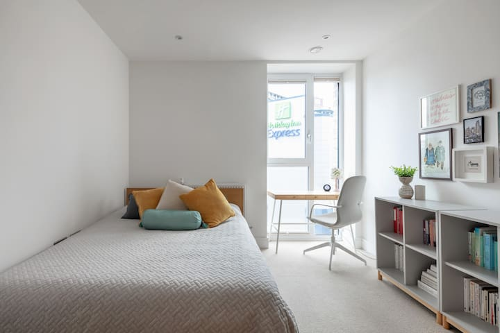 Bright and comfy double bedroom in a modern flat