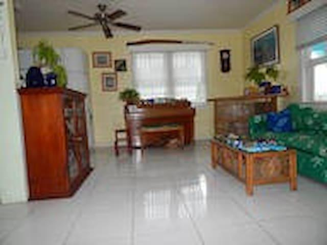 Captains' Cottage: West bedroom - Nassau - Huis