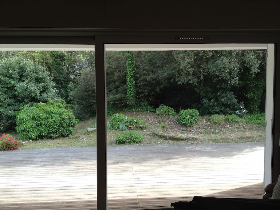 vue du jardin de la grande baie vitrée du salon.