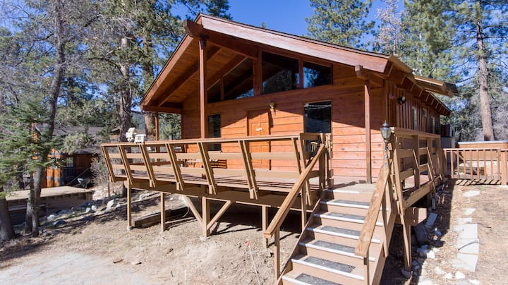 Rustic Chalet w/ Hot Tub! Minutes from Golf & Zoo!