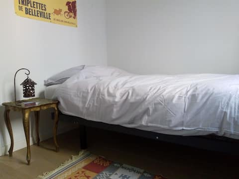 Single bed room, at cosy, quiet flat.